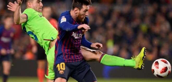 Messi disputa el balón contra un jugador del Levante