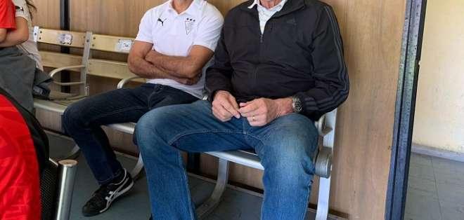 Edgardo Bauza (derecha) junto a Santiago Jácome en el Atahualpa. Foto: Twitter Extra