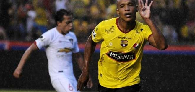 Ely Esterilla en un partido ante Liga.