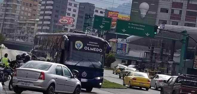 Momento del accidente que sufrió el bus de Olmedo.