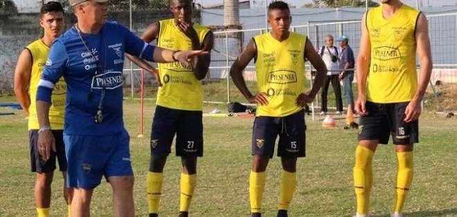 Jorge Célico junto a varios seleccionados del Sub-20.