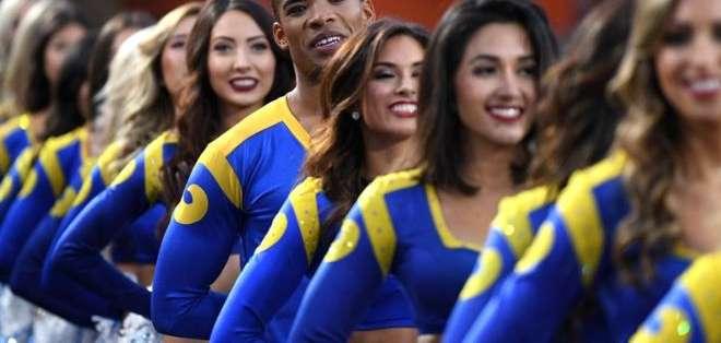 Es la primera vez que durante el Super Bowl participan porristas masculinos.