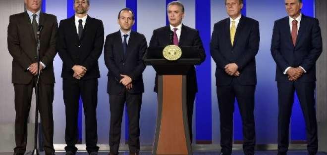 El presidente del país sudamericano hizo el anuncio junto a exfiguras colombianas. Foto: HO / COLOMBIAN PRESIDENCY / AFP
