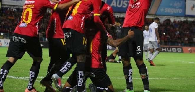 Deportivo Cuenca festeja un triunfo en su estadio.