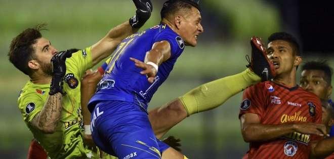 Carlos Garcés de Delfín en la lucha por un balón. Foto: Twitter Conmebol.