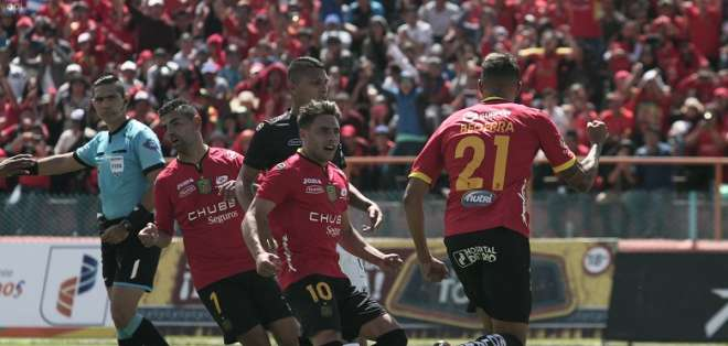 Jugadores de Deportivo Cuenca celebran un tanto de Becerra