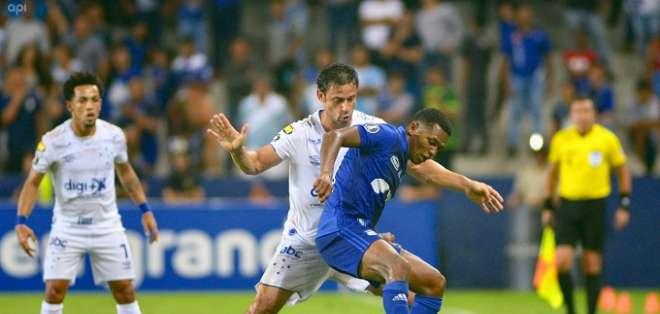 Romario Caicedo disputa el balón contra Fred de Cruzeiro. Foto: API.