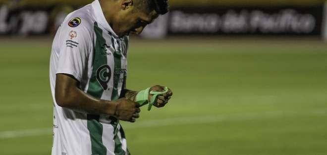 Jugador de América de Quito lamenta la derrota