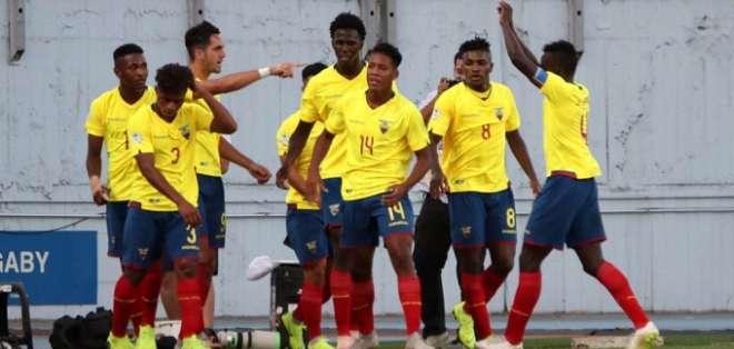 Jugadores de la Mini Tri festejan el gol de Leonardo Campana