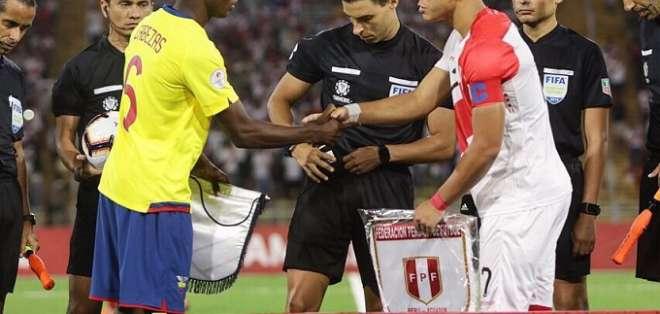Saludo entre el capitán de Ecuador y el de Perú. Foto: Twitter Sudamericano Sub-17