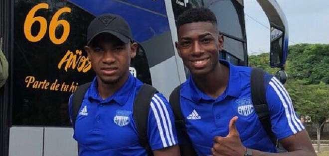 Jugadores de Emelec a poco de partir hasta Cuenca.