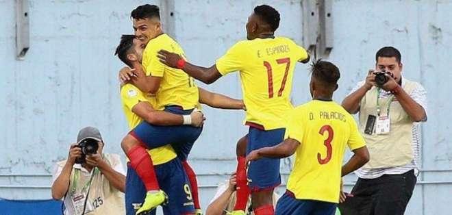 Emerson Espinoza celebra con sus compañeros un gol de la Mini Tri.