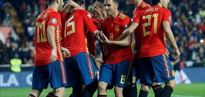 Jugadores de España festejan uno de los tantos.