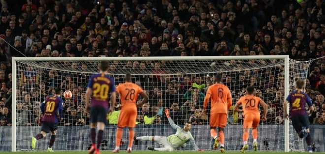 Momento en el que Messi ejecuta su gol de penal.