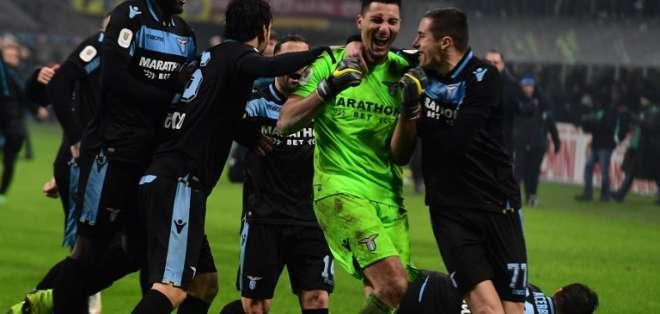 El entrenador de Lazio aseguró que él pidió a la directiva que el delantero (i.) siga este año. Foto: Miguel MEDINA / AFP