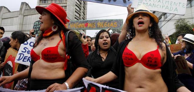 """Mujeres contra la violencia de género realizaron """"Marcha de las putas"""". Foto: EFE"""