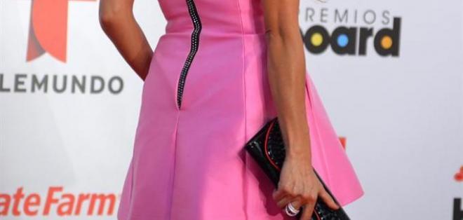 Uno de los peores vestidos de la noche es este. Al parecer Paulina Rubio se levantó con el pie izquierdo al elegirlo, la hizo lucir muy tieza. Foto: EFE.