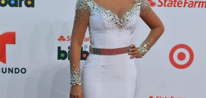 Gaby Espino brillo no solo por el color blanco de su vestido, sino por la belleza innata de esta artista. Foto: EFE.