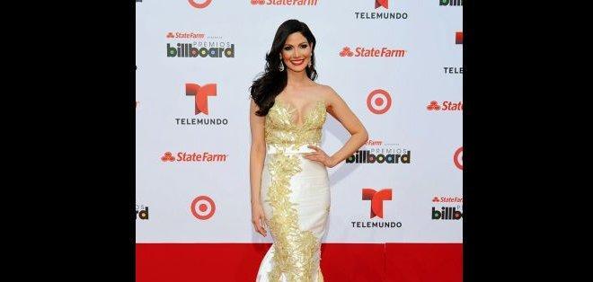 La exmiss Venezuela y actriz de Telemundo, Cynthia Olavarría, lució hermosa con este delicado y elegante vestido.