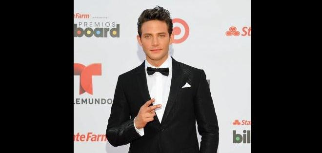 Gabriel Coronel siempre luciendo como un caballero, el actor de Relaciones Peligrosas dejó babeando a muchas chicas en la alfombra roja.