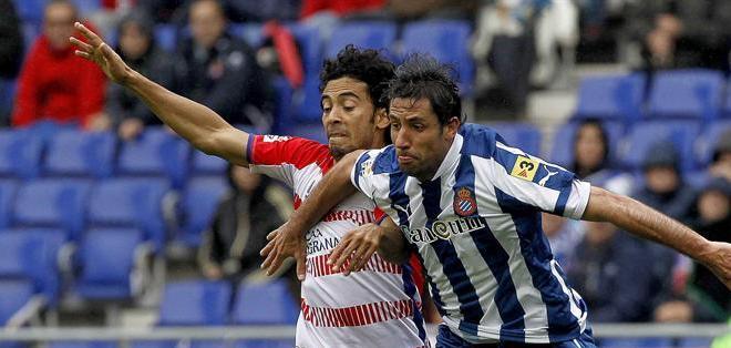 BARCELONA, España.- El centrocampista brasileño del Granada Iriney Santos da Silva (i) disputa el balón con el defensa del Espanyol Joan Capdevila (d), durante el partido de la trigésimo tercera jornada de la Liga de Primera División. Foto: EFE.