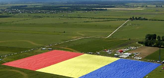 Unas 200 personas pasaron varias horas extendiéndo la tela de 349 por 227 metros de superficie.