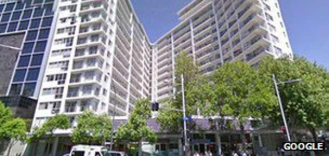 Stilwell vive en el complejo residencial Volt Apartments en Auckland.