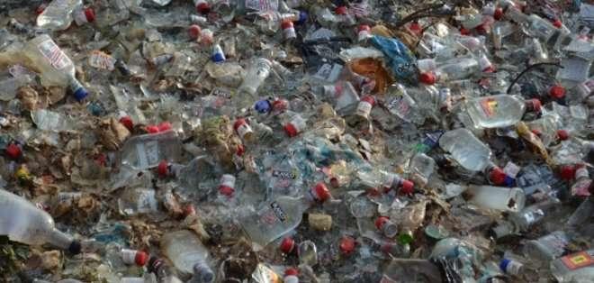 Destruyen más de nueve mil botellas de licor sin registro sanitario