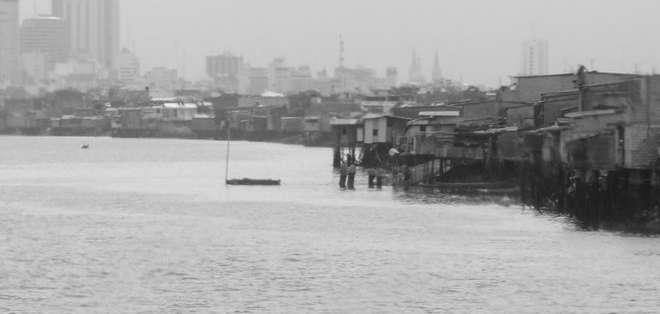 Desechos de miles de familias contaminan las aguas del estero Salado