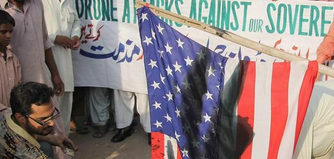 MULTAN, Pakistán.- Pakistanís queman una bander de Estados Unidos como protesta ante los ataques de drones. Foto: EFE.
