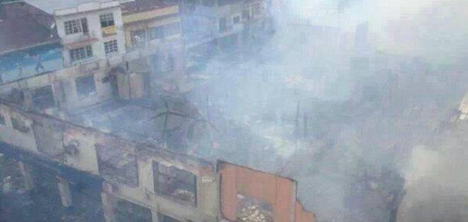 ESMERALDAS.- Incendio consume casi una cuadra de la zona comercial de Esmeraldas.