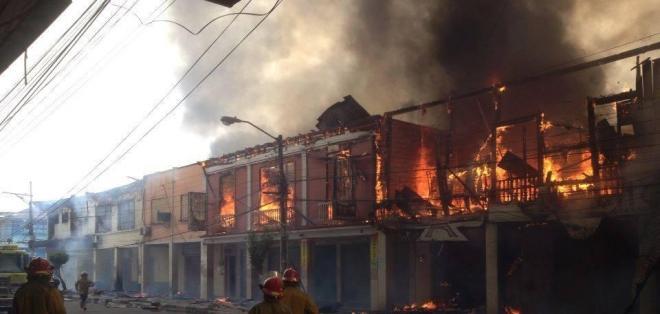 ESMERALDAS.- El incendio mantiene cerrado el centro de Esmeraldas. Fotos: ECU-911 Esmeraldas