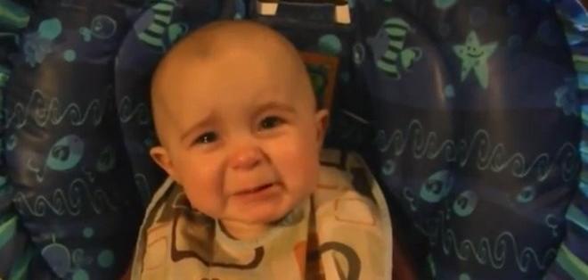 Bebé se emociona hasta las lágrimas con el canto de su mamá. Foto: YouTube