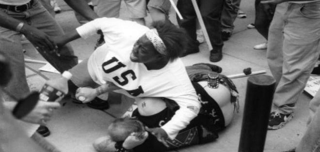 MICHIGAN, Estados Unidos. Keshia Thomas tenía 18 años, cuando se lanzó encima de ese hombre al que no conocía y su cuerpo se convirtió en un escudo contra los golpes que le propinaban. Foto: BBC