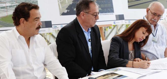 GUAYAQUIL, Ecuador.- Firmarón el Gral Angel Cordova, gerente de TAGSA y la Ing Estela Gomez representante de Ekron-Helport empresa que se adjudico el contrato. Foto: API.
