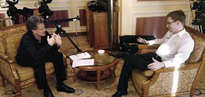 MOSCÚ, Rusia.- Edward Snowden (d) durante una entrevista con el periodista alemán Hubert Seipel (i) en Moscú, Rusia. Foto: EFE.
