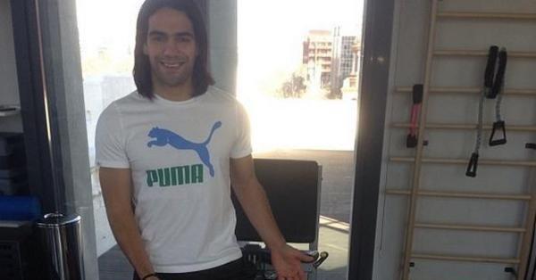 El delantero colombiano Radamel Falcao ya dejó las muletas.