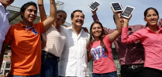 GUAYAQUIL, Ecuador.- El Municipio de Guayaquil prevé la entrega de las 25.000 tablets en 6 convocatorias más. Foto: API.