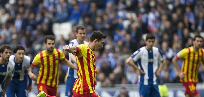 CORNELLÁ, Barcelona.- El delantero argnetino del Barcelona, Lionel Messi, marca de penalti ante el Espanyol. Foto: EFE.