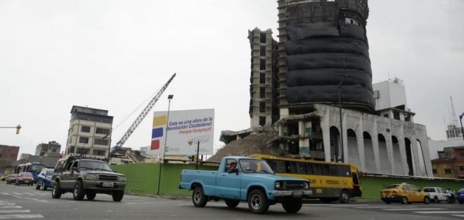 La demolición causa malestar a los habitantes, comerciantes y quienes transitan por el sector. Foto: API.