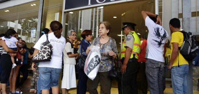 GUAYAQUIL, Ecuador.- Aproximadamente 4 mil personas se agolparon el fin de semana en el almacén en su primera liquidación. Fotos: API