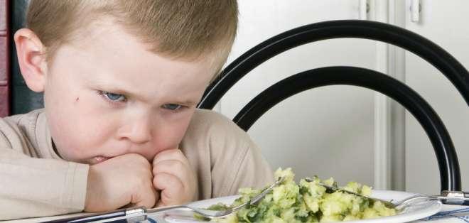 """SALUD.- De acuerdo con una experta, aprovechar un mal de comida puede ser el truco para que los niños se coman """"lo verde"""" del plato. Foto: BBCMundo.com"""