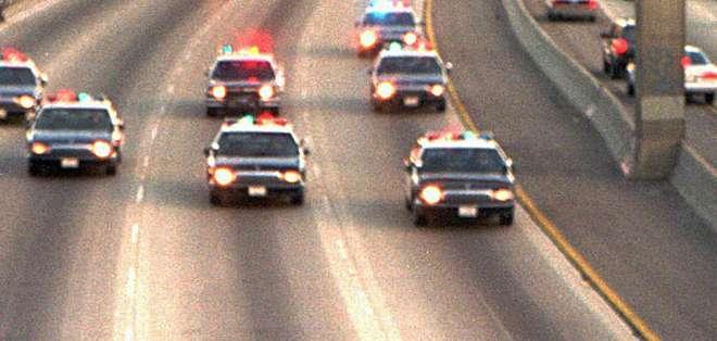 Miles vieron en directo cómo la policía perseguía por una autopista a O.J. Simpson, acusado de matar a su exesposa.