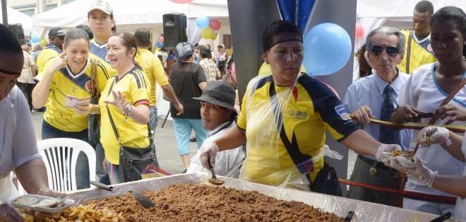 GUAYAQUIL, Ecuador.- Además del Día Mundial del Refugiado, los colombianos festejaron la victoria de su selección en Brasil. Foto: API.