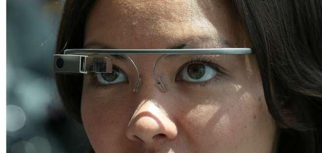 TECNOLOGÍA.- Desde contemplar las estrellas hasta apagar incendios son algunas de las utilidades de las Glass. Foto: BBCMundo.com