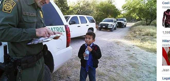En la foto del The New York Times se ve a Alejandro, de 8 años, con un agente fronterizo.