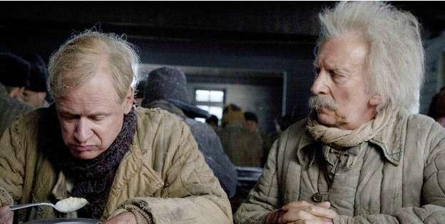 David Shackleton (r) protagoniza al hermano en la ficción de Albert Einstein, el tonto Herbert.