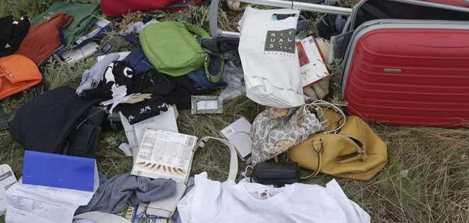 UCRANIA.- Algunas de las pertenencias encontradas en el lugar del siniestro. Foto: EFE