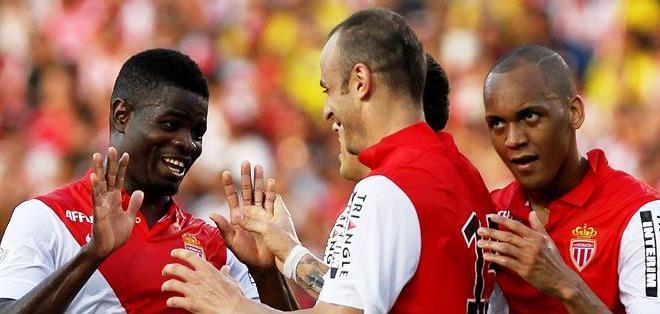 El jugador de Mónaco Berbatov (c), celebra su gol ante el Junior de Barranquilla (Foto: EFE)