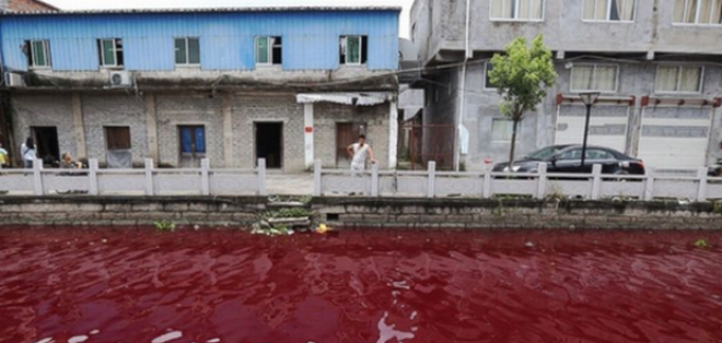 El río Yangtze de China se volvió rojo de repente durante la noche del miércoles.